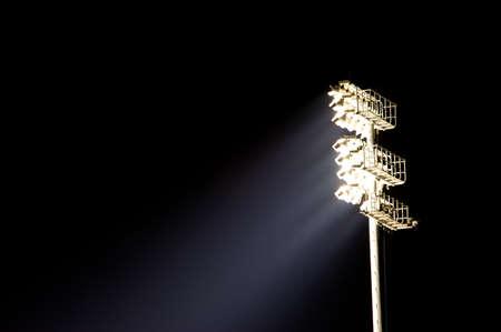 sports venue: A la luz del estadio de pie con copia espacio