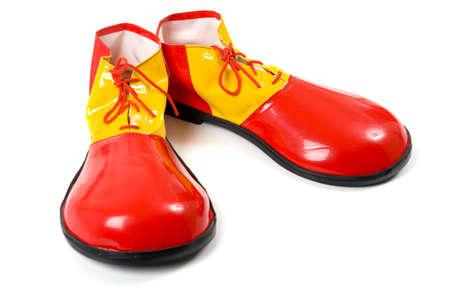 przewymiarowany: Pari ponadgabarytowych czerwone i żółte buty klauna na białym tle