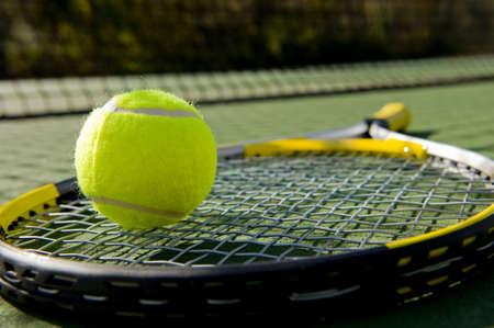 raqueta de tenis: Una raqueta de tenis y pelota de tenis de nuevo en una cancha de tenis reci�n pintado