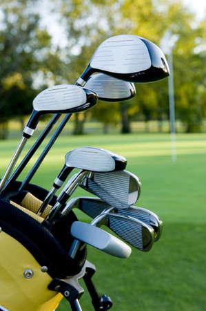 Une série de clubs de golf sur un parcours de golf sur une belle journée ensoleillée