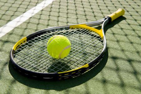 racket sport: Una raqueta de tenis y pelota de tenis de nuevo en una cancha de tenis reci�n pintado