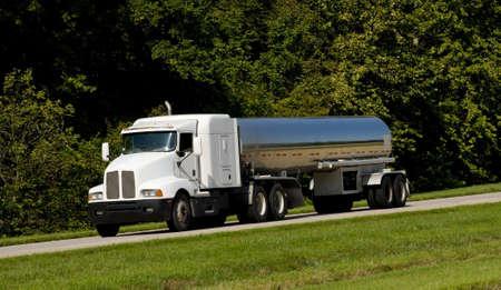 autobotte: Un camion cisterna carburante per il trasporto su strada, transportaion carburante