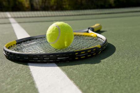 raqueta de tenis: Una pelota de tenis y la raqueta sobre un fondo blanco
