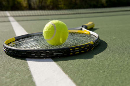 A tennis ball and racket on a white background Banque d'images