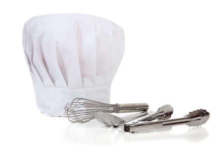 スプーン、wisk、トングとトークまたはコピー領域の白い背景の上の帽子を含むシェフのキッチン ツール