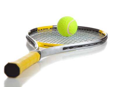 raqueta tenis: Una pelota de tenis y la raqueta en un fondo blanco con el espacio de la copia
