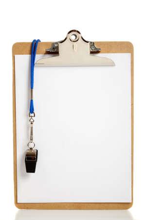 Een lege Klembord en een coaches whistle met kopie ruimte Stockfoto