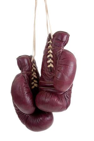 guantes de boxeo: Un par de guantes de boxeo de antiqe vintage, sobre un fondo blanco