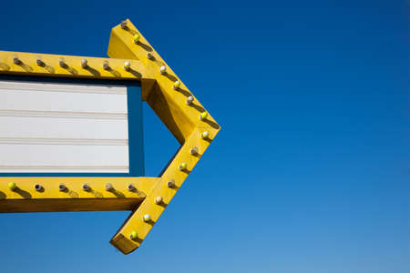 Een selectiekader drive-in film voor een heldere blauwe hemel met kopie ruimte Stockfoto