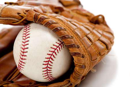 guante beisbol: De b�isbol de cuero marr�n con un guante de b�isbol en un fondo blanco