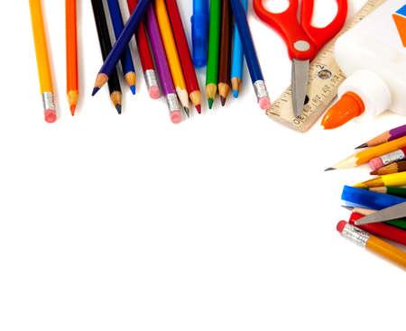 fournitures scolaires: Fournitures scolaires Assorted, y compris les stylos, crayons, ciseaux, colle et une r�gle, sur un fond blanc Banque d'images