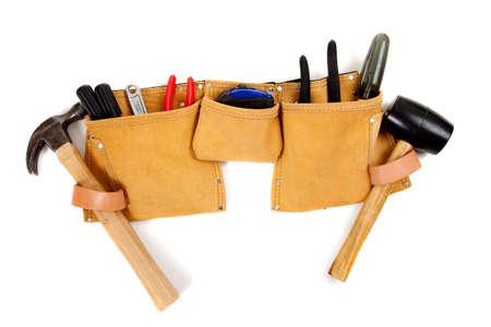 alicates: Un cintur�n de herramientas de cuero marr�n con una variedad de herramientas como un martillo, destornilladores, alicates, cinta de medir, etc
