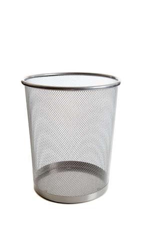 cesto basura: Una basura de malla de alambre vac�a puede sobre fondo blanco con espacio de copia