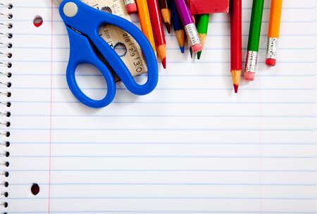 fournitures scolaires: �cole Assorted supplie avec un portables, crayons, stylos, ciseaux etc..   Banque d'images