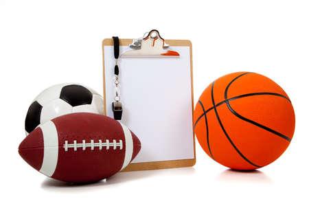 미식 축구와 흰색에 soccerball 등 빈 클립 보드와 스포츠 공의 그룹