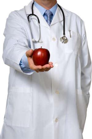 lab coat: Un medico vestito in un laboratorio bianco cappotto offerta e mela - concetto sano eathin
