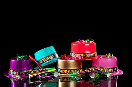 黒い背景にカラフルな新しい年イブのパーティの帽子 写真素材