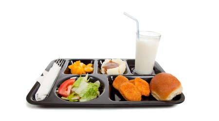 Een school lunch lade op een witte achtergrond met kopieer ruimte