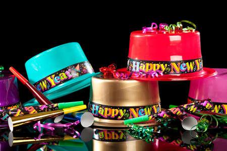 검은 배경에 화려한 새해 이브 파티 모자