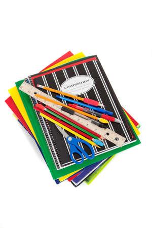 utiles escolares: Varios cuadernos de espiral con escuela de suministros en la parte superior