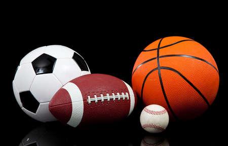 pelotas de deportes: Multi deportes bolas sobre un fondo negro