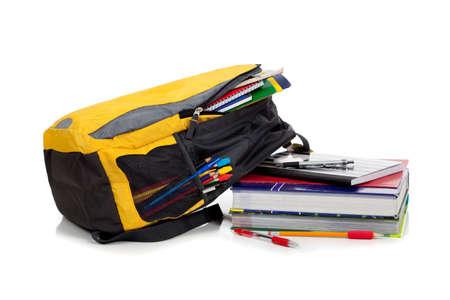 przybory szkolne: Żółte plecak ze szkołą dostaw na białym tle Zdjęcie Seryjne