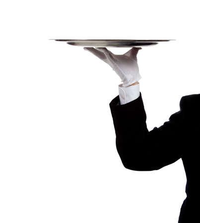 camarero: mano enguantada de un mayordomo la celebraci�n de una bandeja de plata sobre un fondo blanco con espacio de copia Foto de archivo