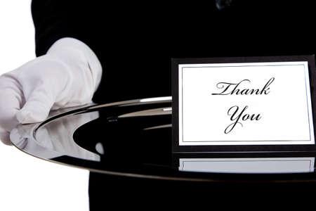 bandejas: White enguantado mano sosteniendo una bandeja de plata con una tarjeta de agradecimiento