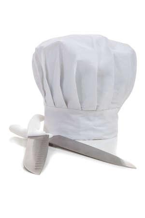 gorro cocinero: Sombrero de un chef cocina cuchillos sobre un fondo blanco Foto de archivo