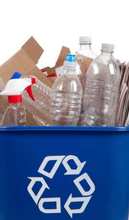 reciclable: Una papelera de reciclaje con el tema reciclable en ella incluyendo botellas y cajas  Foto de archivo