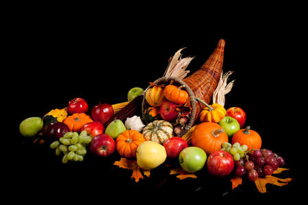 bounty: disposici�n de la ca�da de frutas y verduras en una cornucopia sobre un fondo negro