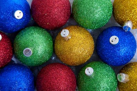 red glittery: Uno sfondo composto di blu, verdi, rossi e oro scintillanti ornamenti di Natale