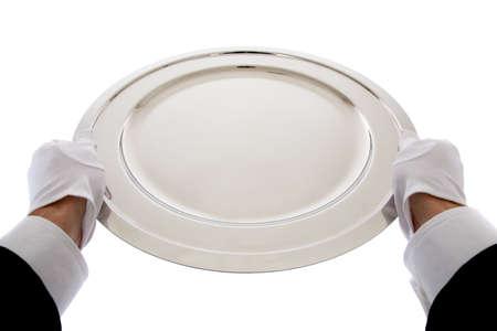 trays: Een ober met wihte handschoenen houden een zilveren dienblad op een witte achtergrond