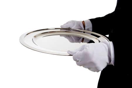 sirvientes: Un mayordomo enguantado de blanco la celebraci�n de una bandeja de plata sobre un fondo blanco