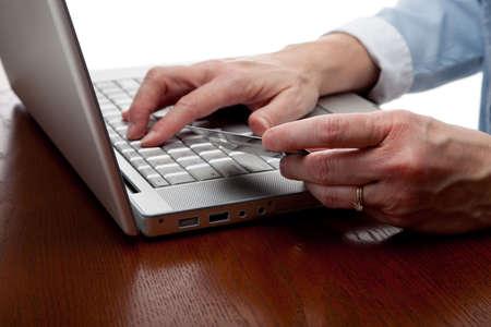 Eine Kreditkarte über eine Computertastatur holding hände  Standard-Bild - 5756127