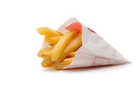 cuisine fran�aise: Un paquet blanc de frites fran�ais sur un fond blanc