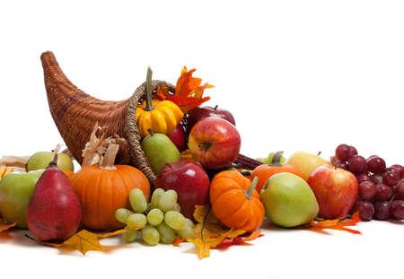 cuerno de la abundancia: Un arreglo de otoño en una cornucopia sobre un fondo blanco  Foto de archivo