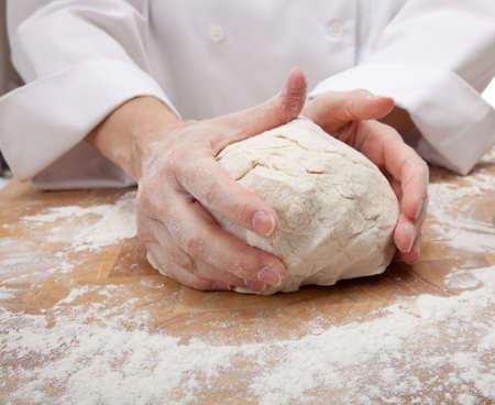 hands kneed het deeg brood op een snij plank