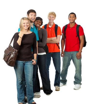 白い背景の上のバックパックを持って幸せな多民族大学生のグループ