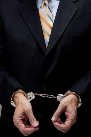 manacles: Penal de cuello blanco en un traje de negocios y esposas