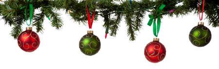 slingers: Een kerst ornament grens met rode en groene glittered kerstballen opknoping van garland met rode en groene lint Stockfoto