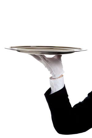 bandejas: mano enguantada de un mayordomo la celebraci�n de una bandeja de plata sobre un fondo blanco con espacio de copia  Foto de archivo