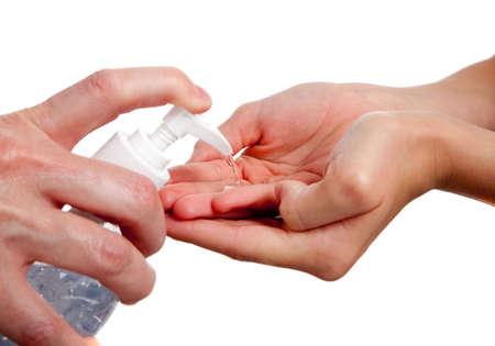 dispense: Un adulto dispensar sanitizante de mano a un ni�o
