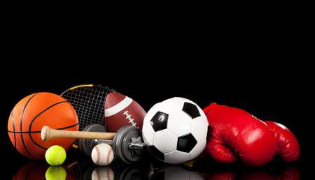 racket sport: Surtido de material deportivo incluye una pelota de baloncesto, f�tbol americano, balones de f�tbol, b�isbol, pelota de tenis, guantes de boxeo, raqueta de tenis, bate de b�isbol y pesas