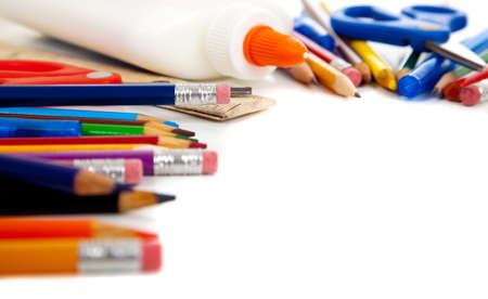 fournitures scolaires: diverses fournitures scolaires, y compris les crayons, stylos, colle, ciseaux