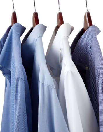 Assorted blauwe jurk opknoping op houten kleer hangers
