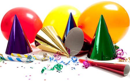パーティの帽子、騒音メーカー、のぼり、風船、紙吹雪、白い背景に