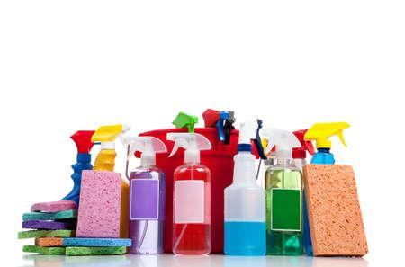 huis opruimen: Diverse reinigings middelen met inbegrip van sponzen op een witte backgroung met kopie ruimte
