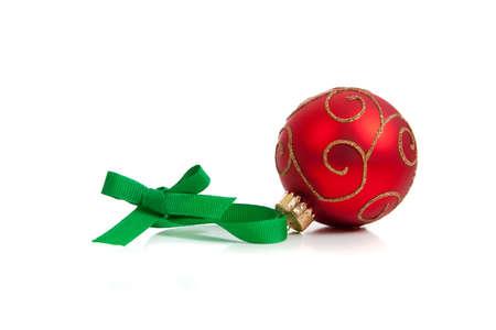 red glittery: una palla di Natale glittery rosso con nastro verde su sfondo bianco con spazio di copia