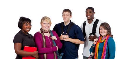 Een groep van gelukkig multiraciale studenten houden rug zakken op een witte achtergrond
